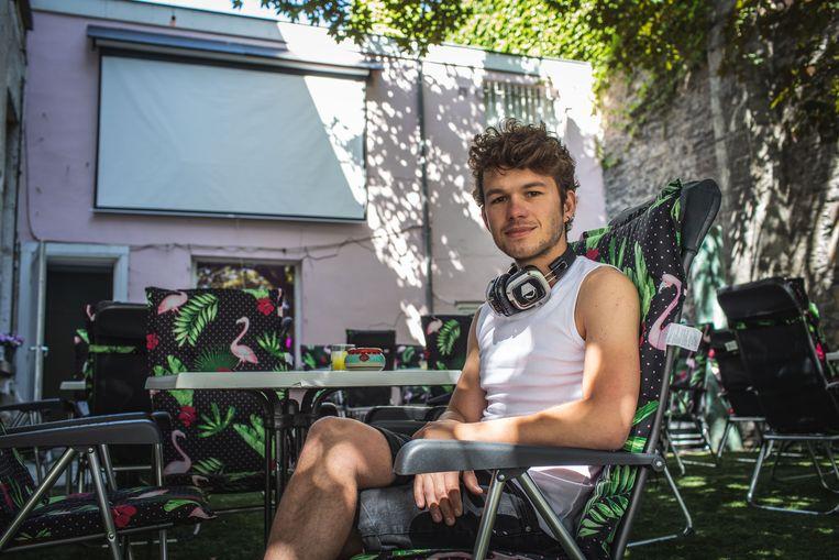 Lotar Desmet in zijn tijdelijke outdoorbioscoop.