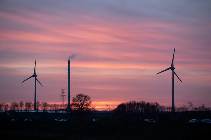 De al bestaande windmolens op bedrijventerrein de Mars gezien vanaf de Mettreyweg. Deze windmolens zijn 120 meter hoog. De nieuwe windmolens worden tussen de 170 en 185 meter hoog.