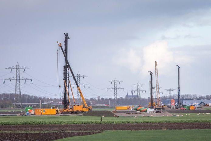 Het heien van de fundamenten voor de nieuwe 380kV-masten bij 's-Heer Abtskerke is in volle gang.