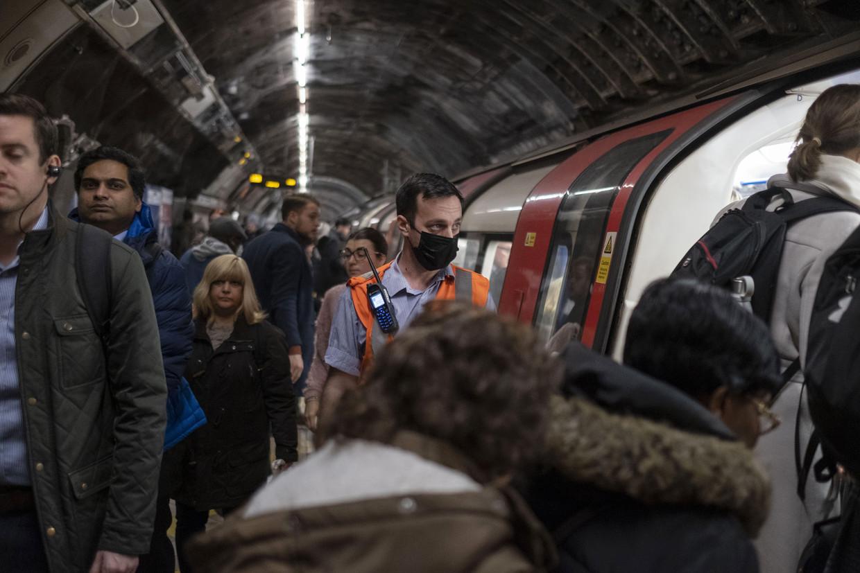 Grote groepen hebben geen andere keus dan het openbaar vervoer te nemen naar het werk, zoals hier in Londen nog voor alle coronamaatregelen. Beeld Bloomberg via Getty Images