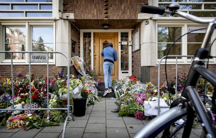Mensen leggen bloemen bij het kantoor van de doodgeschoten advocaat Derk Wiersum.
