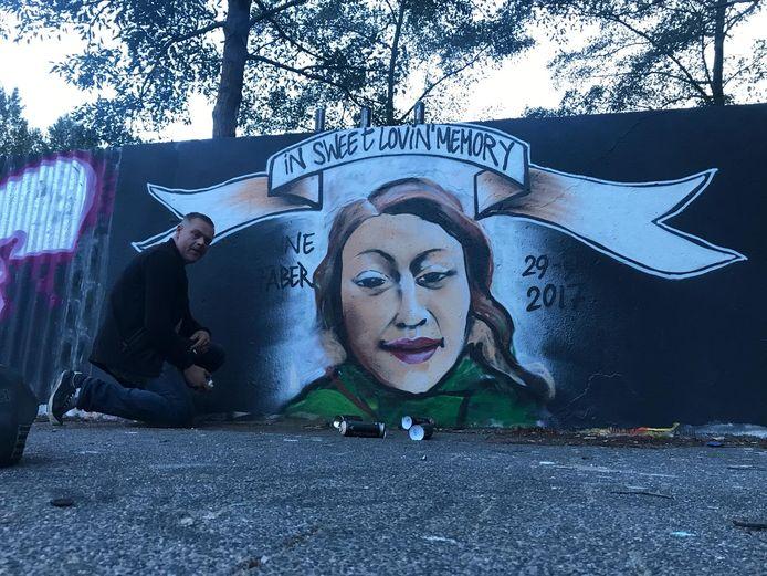Bas van Kilsdonk bij het graffiti-eerbetoon dat hij samen met René Philippo eind vorige week maakte. Een paar dagen later was het werk alweer overgespoten.