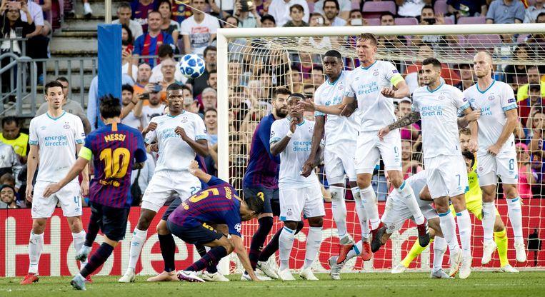 Messi schildert vanop vrije trap de 1-0 in doel.