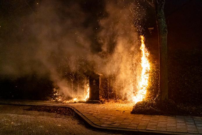 In de nacht van maandag op dinsdag gingen de voorlopig laatste coniferen in brand, aan de Resedastraat.