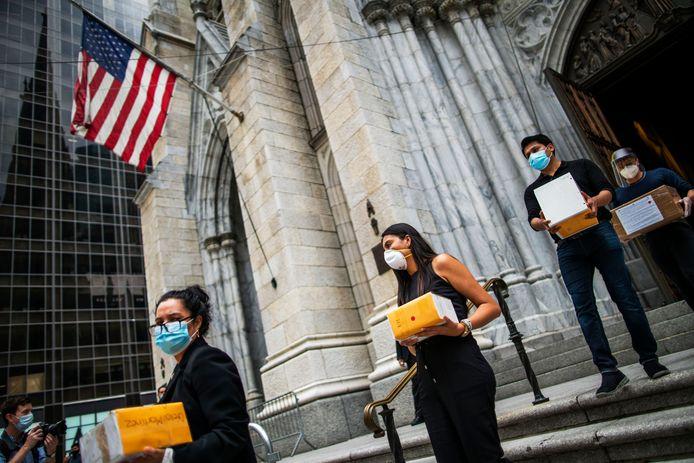 """Rouwceremonie voor coronaslachtoffers in New York, een van de hardst getroffen steden in de Verenigde Staten. ,,Door de lockdown in mijn staat hebben we het laagste aantal besmettingen en kunnen gaan er diverse winkels, horeca en andere openbare gebouwen open"""", zegt Jordy Visser."""