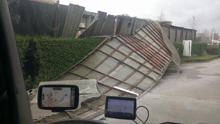 In Hofstade waaide een omheining en een dak weg.