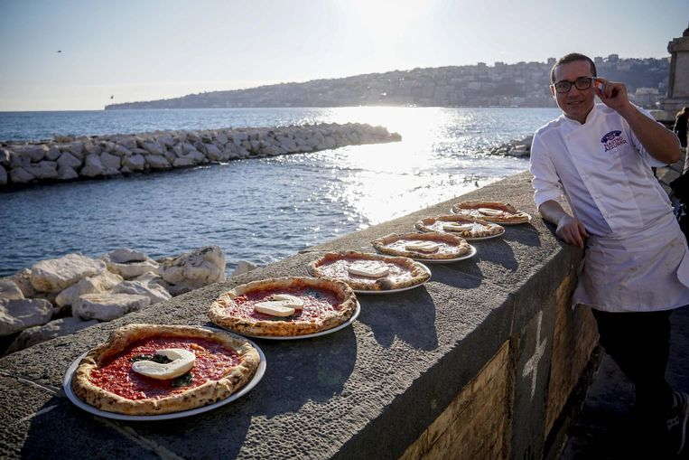 De Italiaanse chefkok Gino Sorbilla toont traditionele pizza's in Napels. Beeld epa