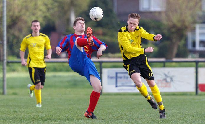 Voetballers van VV Ravenstein in actie tegen fusieclub MOSA.