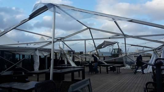 Strandtent WIJ in Scheveningen heeft fikse schade opgelopen als gevolg van de storm.