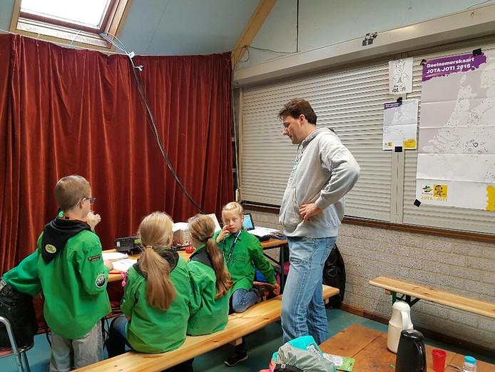 Boxtelse scouts hebben contact met een groep uit Hilvarenbeek onder leiding van zendamateur Peter Graste.