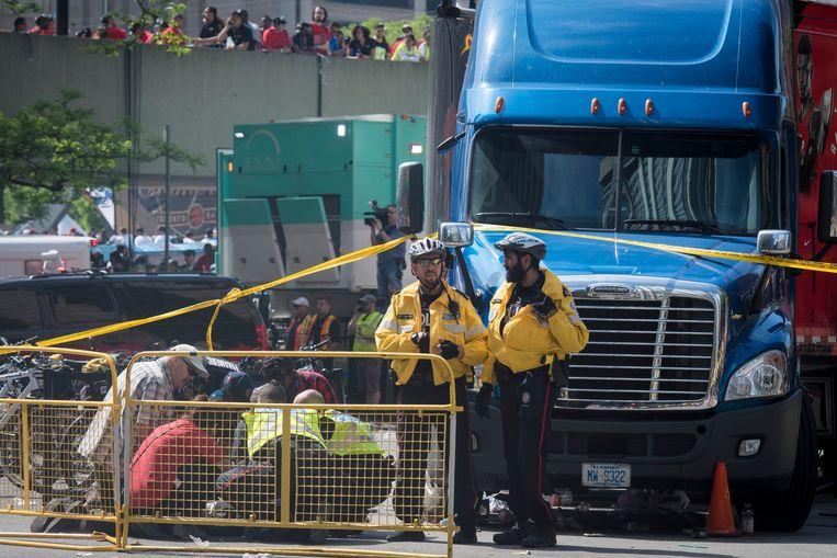 Hulpverleners buigen zich over een gewonde nadat schoten werden afgevuurd in de marge van het huldefeest van de basketbalploeg Toronto Raptors in Toronto, Canada.