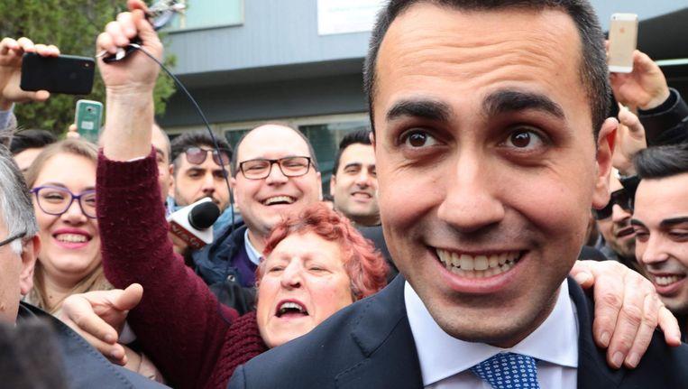 Parijleider van de Vijfsterrenbeweging, Luigi Di Maio, staat tussen aanhangers nadat hij zijn stem heeft uitgebracht. Beeld afp