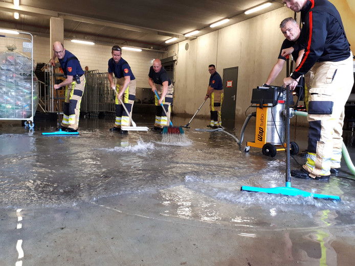 Brandweer Zwolle werd ingezet om de boel watervrij te krijgen.