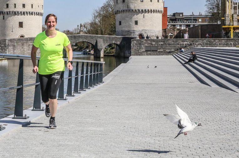 Leslie Ramboer gidst lopend door de stad langs een route van 8,5 kilometer. Sport en cultuur gaan hand in hand dus.