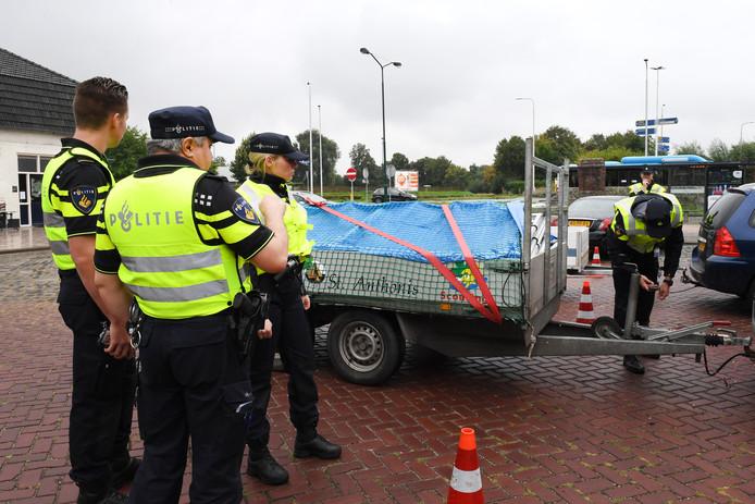 Agenten in opleiding controleren aanhangwagens in Oeffelt.