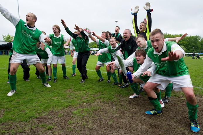 Zes jaar geleden. FC Berghuizen viert feest nadat het in een beslissingswedstrijd promotie naar de derde klasse afdwong.