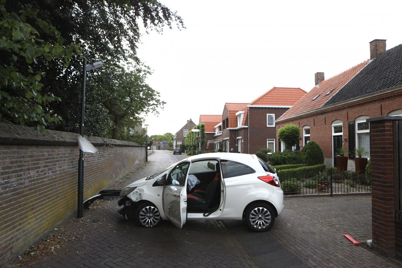 Automobilist botst tegen lantaarnpaal in Schijndel.
