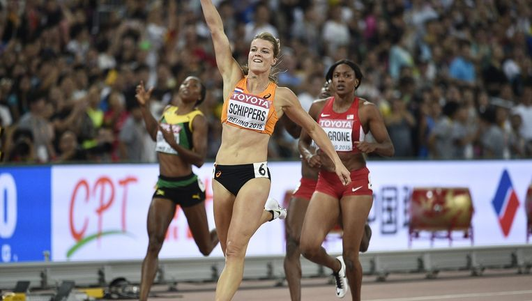 Dafne Schippers viert haar zege op de 200 meter in Peking. Beeld EPA