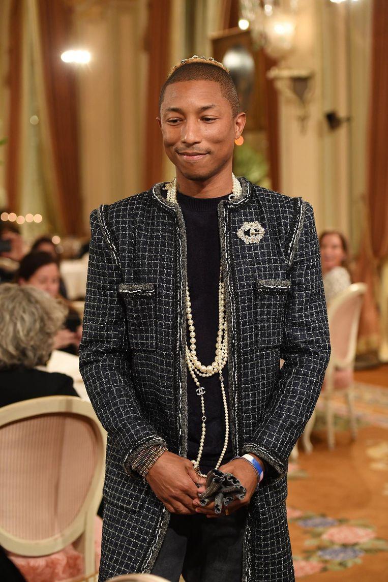 Williams hier te zien op de catwalk van Chanel, inclusief jas van tweed en parelketting.