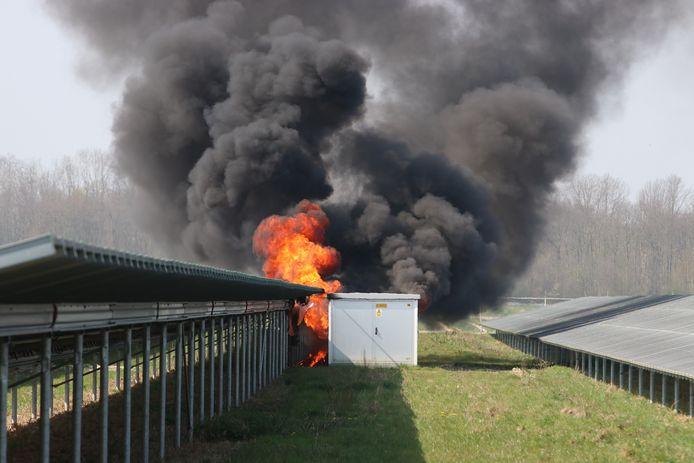 Bij de brand rond het zonnepark in Emmeloord komt veel rook vrij.