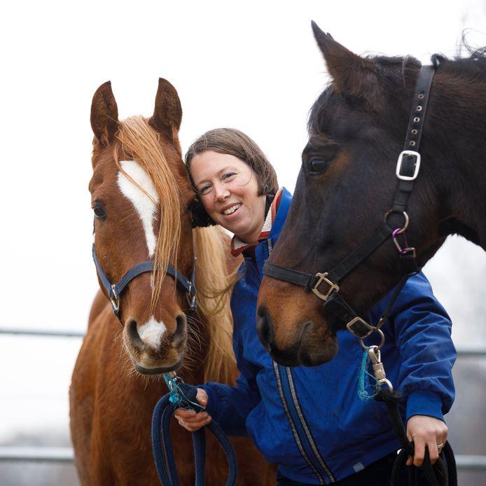 Josephine Woltman Elpers met de paarden Hamir en Aaike (rechts), die een belangrijke rol speelden in het leven van Lisan. Hamir staat ook op de voorkant van het boek.