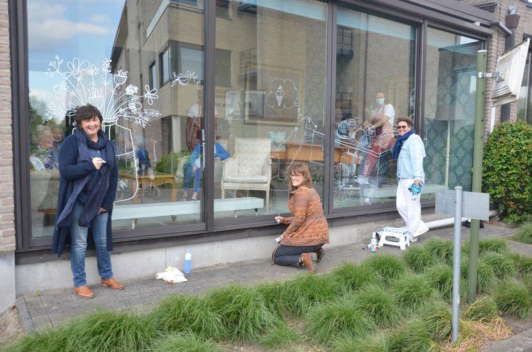Marianne, Elsie en Klaartje maken Quarantekeningen op de ramen van Hof Ter Engelen