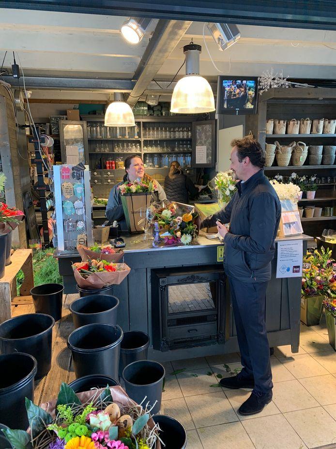 BIj Rosario Bloemen in Breda kunnen ze het aantal bestellingen nauwelijks aan. Medewerkster Kim van der Velden verkoopt een van haar laatste boeketten aan Ted Pijpers.