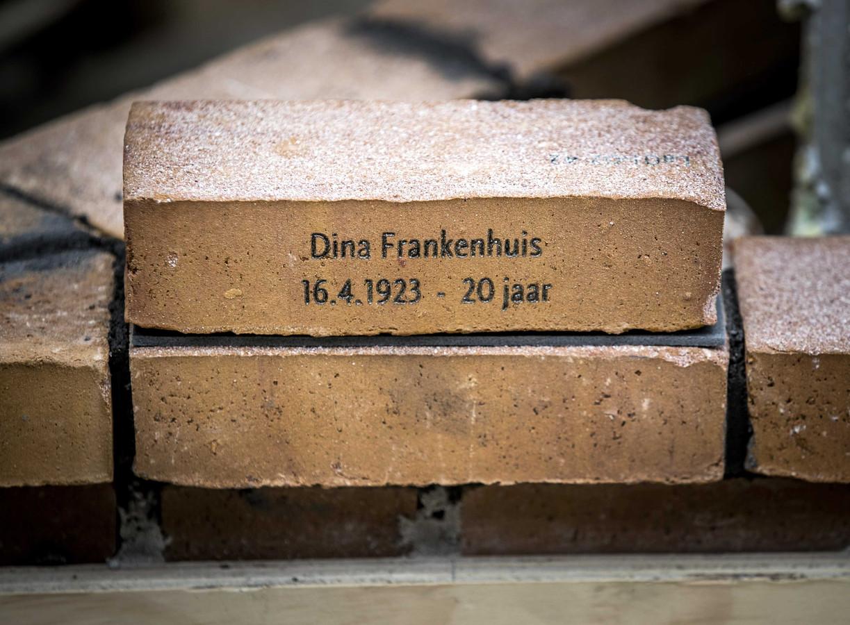 De eerste herdenkingssteen, gelegd door Jacqueline van Maarssen, jeugdvriendin van Anne Frank, bij het Nationaal Holocaust Namenmonument.