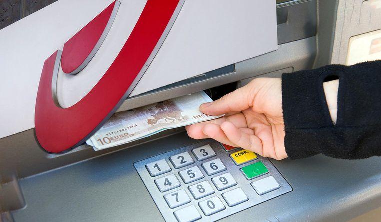 Geld afhalen aan een bankautomaat van Bpost kost binnenkort geld.