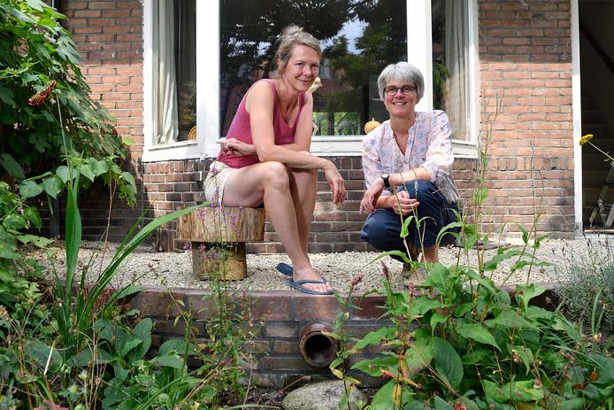 Karen Wins (links) en Elke Blänsdorf bij de wadi, waar de regenpijp uitkomt.