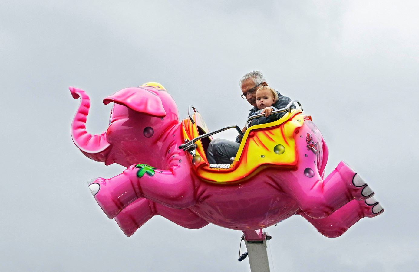 Samen met opa in een vliegende olifant bij attractie Jumbo. Alles kan nog op de laatste dag van de najaarskermis.