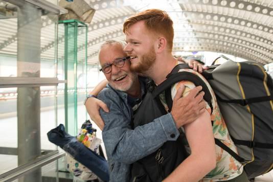 Hero Mulder (70) is vanochtend om 04.15 uur met de auto uit Groningen vertrokken om zijn kleinzoon Thom Bonninga (21) van de Sziget Express in Amersfoort op te halen.