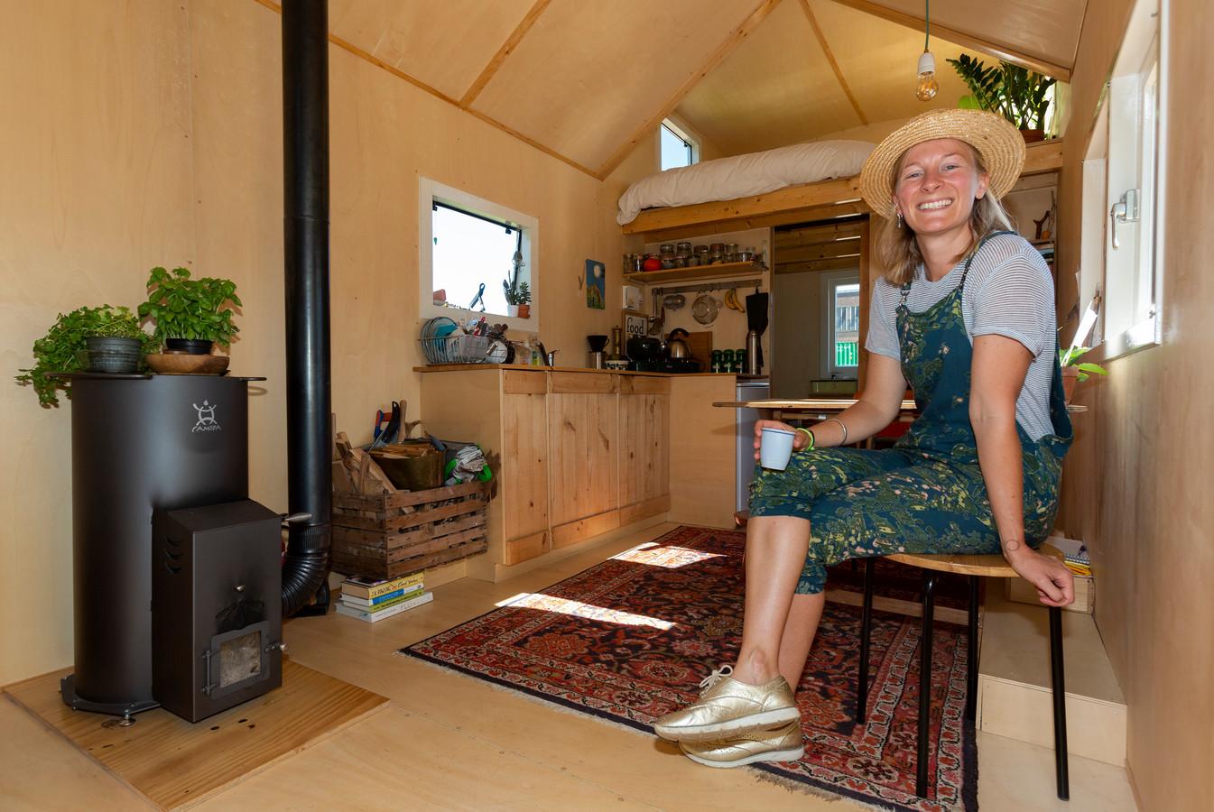 De bewoonster van een tiny house in Delft.