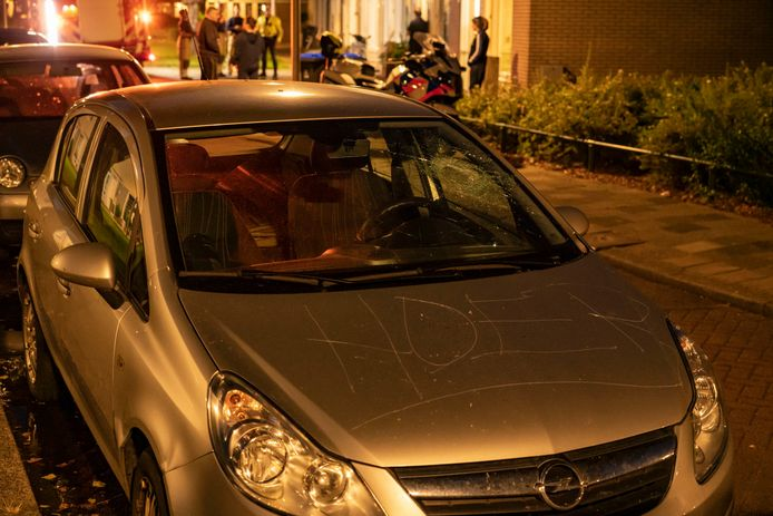 De auto werd bekrast en de werden ruiten vernield.