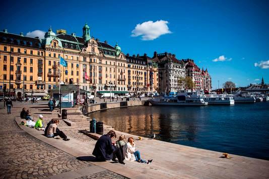 Mensen genieten van het mooie weer in Stockholm