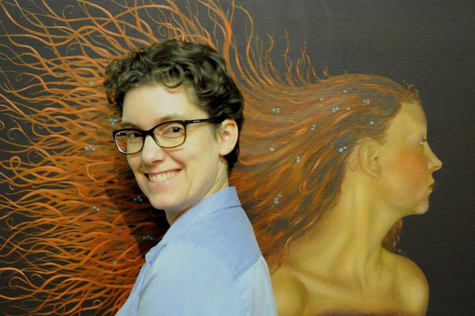 Bianca van Baast poseert voor haar schilderij Een Glimp van je Ziel.