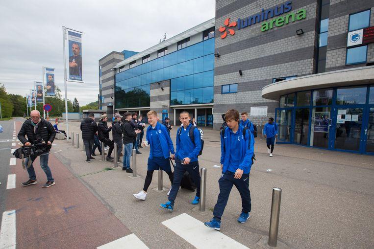 De spelers van KRC Genk vertrekken naar Anderlecht met maar één doel: de titel behalen en mee naar Genk brengen! Ze werden onder applaus van supporters uitgewuifd