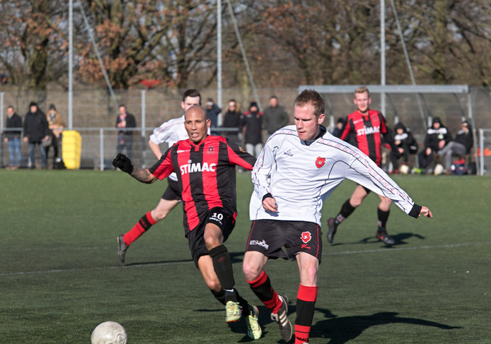 Amos Letwory van Helmondia in duel met een speler van Baarlo.