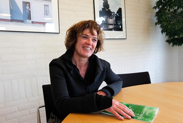 Archieffoto van Liesbeth van Asten van woningcorporatie Rentree. Voor haar op tafel het  toenmalige concept voor de aanpak van de Rivierenwijk.