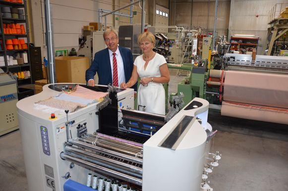 Fa Quix en Alexandra De Raeve bij het nieuwe weefgetouw in het FTI-lab van de HOGENT.