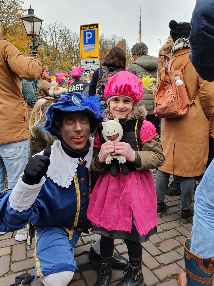 Bente (5) mocht precies dit weekend Borre de logeerbeer meenemen van school! Dus Borre moest natuurlijk ook mee naar de intocht in Dordrecht.