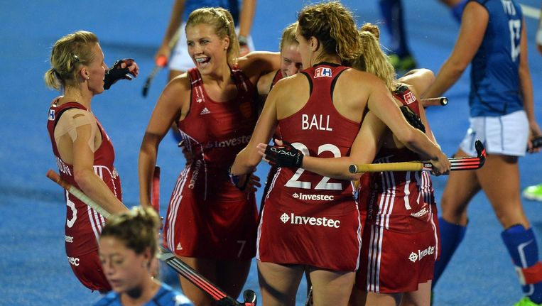De Engelse hockeysters vieren het behalen van de halve eindstrijd.