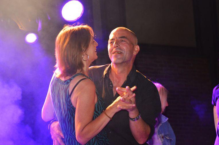 Rudy en Carla dansen op het podium na Carla's huwelijksaanzoek tijdens de nationale feestdag in Denderleeuw.