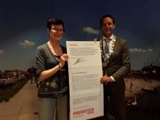 Van Schaik (Harderwijk) ondertekent petitie mensenrechten in paspoort