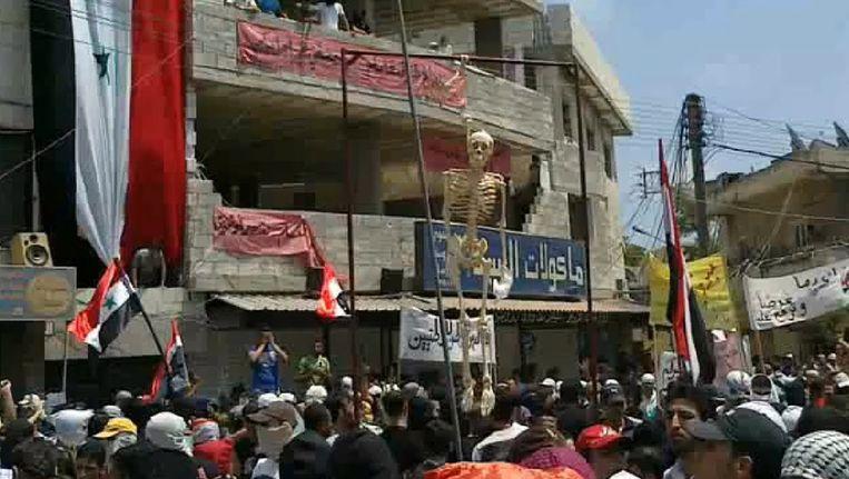 Protesterende Syriërs in Latakia gisteren. Beeld epa