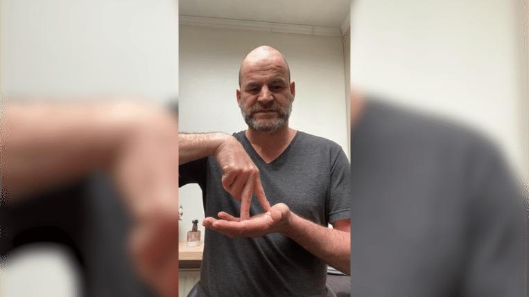 Yves Stevens in gebarentaal.
