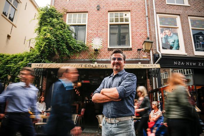 Richard den Hartog voor zijn Café 't College in de Mariastraat.