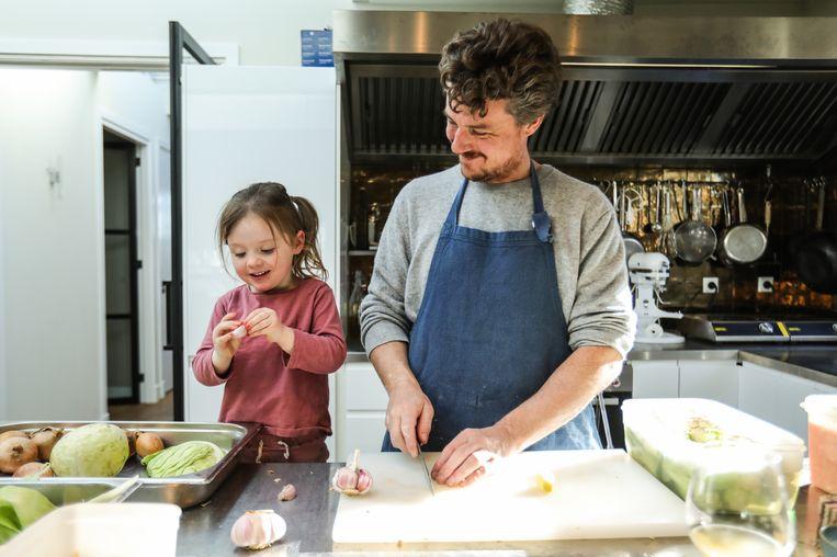 Gilles kookt in eigen keuken met dochter Ada. Beeld Eva Plevier