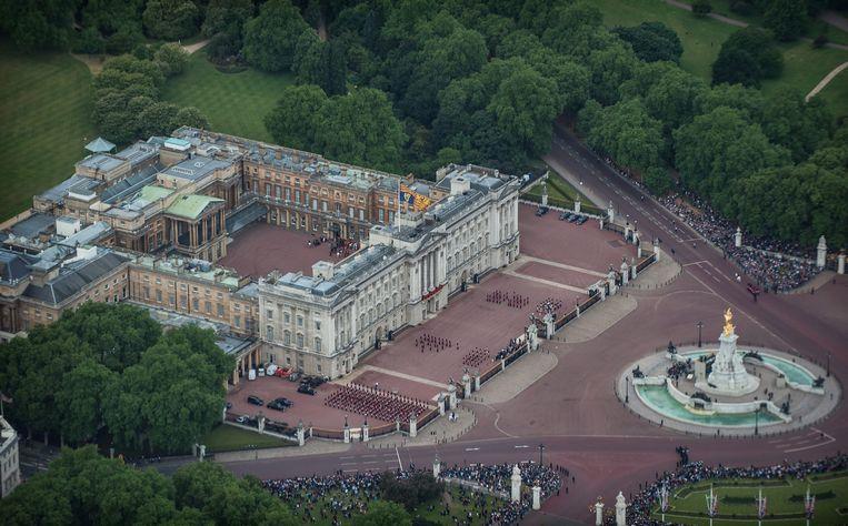 De Queen verblijft tot minstens 7 februari op het landgoed Sandringham bij Norfolk en gooit in de tussentijd de deuren van Buckingham Palace in Londen tegen betaling open voor het publiek.