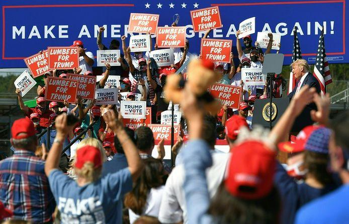 Trump spreekt aanhangers toe in Lumberton, North Carolina.